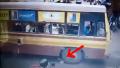 混雑する道でバスの前を横切ろうとした女性、タイヤの下敷きに。。