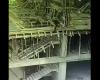 建築現場で足場が外れ、高所から転落していく作業者