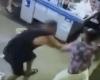 店内でナイフを持って暴れる男を取り押さえようとした男が。。