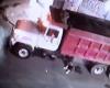 トラックの下で仮眠してた男、もろに踏まれて破裂する瞬間