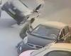 ふっ飛んできた車に直撃されてしまう、運の悪い男