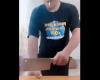 包丁を使い「自分の指を叩き切る」姿を生放送する男がヤバい