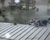 二人乗りバイクを「徒歩」で追いかけて殺すヒットマン